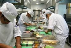 Khu vực bếp ăn công nghiệp inox trong nhà hàng