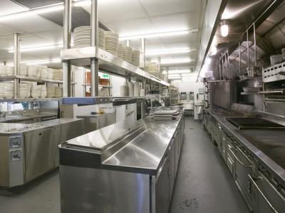 Những thiết bị bếp công nghiệp trong gian bếp nhà hàng và khách sạn