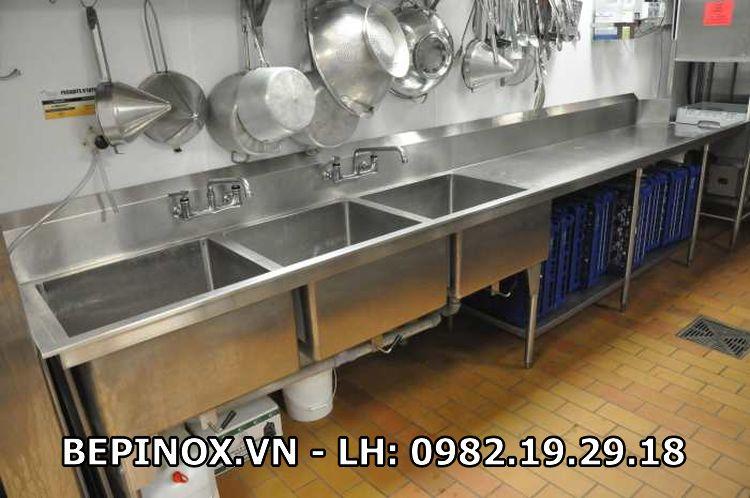 Chậu rửa công nghiệp và các thiết bị bếp công nghiệp sau khi vệ sinh